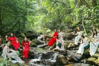 """Nữ công VQG Phong Nha - Kẻ Bàng hưởng ứng """"Tuần lễ áo dài"""" năm 2021"""